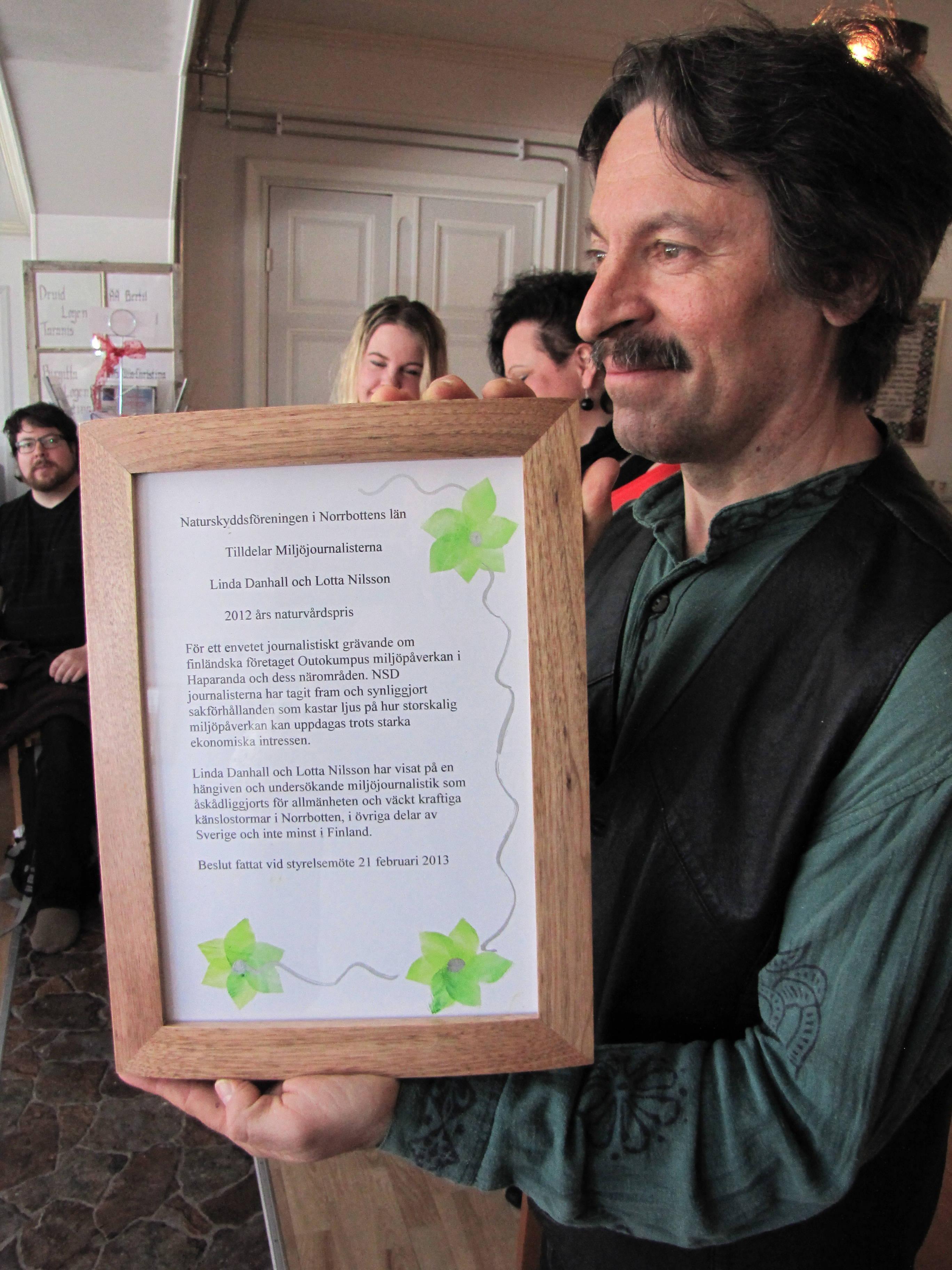 Lars Andersson delar ut naturvårdspriset till Linda Danhall och Lotta Nilsson. Foto Urpo Taskinen. Klicka på bilden för större bild!